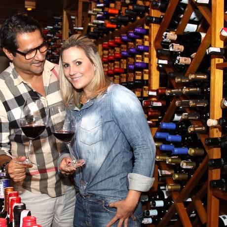 CLIENTES ASSÍDUOS do Tenore Gourmet, Haroldo Enéas e Paula Milo visitam a adega Foto: Pedro Teixeira/O Globo