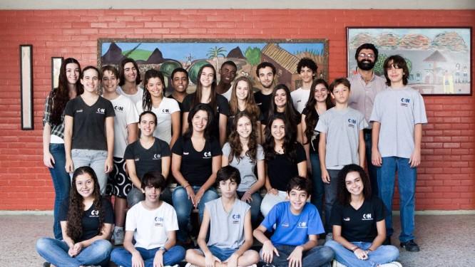 O atual Coral do CEN com o maestro Luiz Carlos Peçanha: grupo mantém tradição Foto: Agência O Globo / Guilherme Leporace