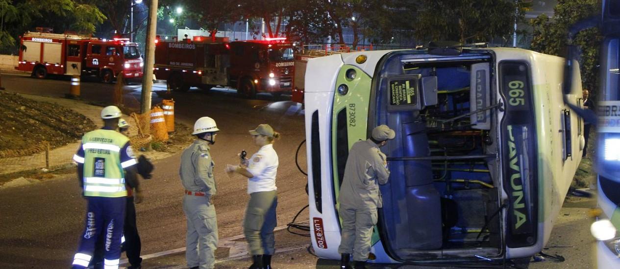 Ônibus tomba e 11 pessoas ficam feridas na Avenida Brasil Foto: Fernando Quevedo / O Globo