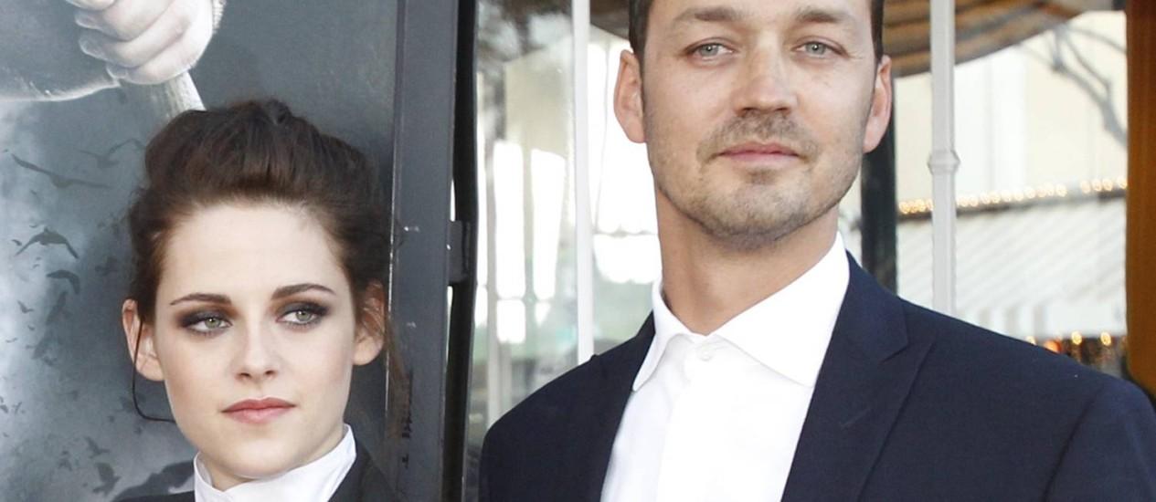 Kristen Stewart posa ao lado do diretor Rubert Sanders na época da divulgação do filme, em maio Foto: Mario Anzuoni / Reuters
