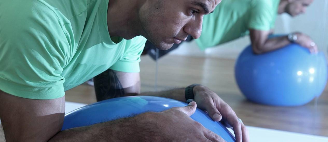 Sustentação com bola. O professor de educação física Eugênio Bacchin demonstra um dos exercícios que demandam muito condicionamento Foto: CamilLLa Maia