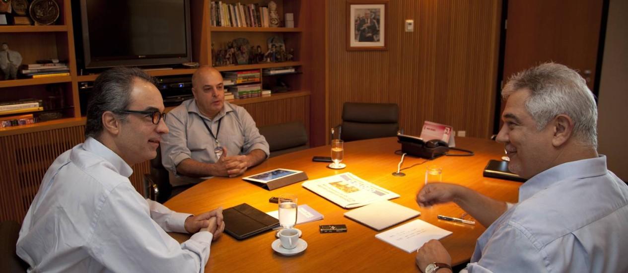 """Na mesa. João Roberto Marinho com Luiz Antônio Novaes, o Mineiro, e Ascânio Seleme (à direita): """"A gente tem conseguido equilibrar muito bem o que é importante e muito relevante, com as coisas mais leves"""" Foto: Simone Marinho"""