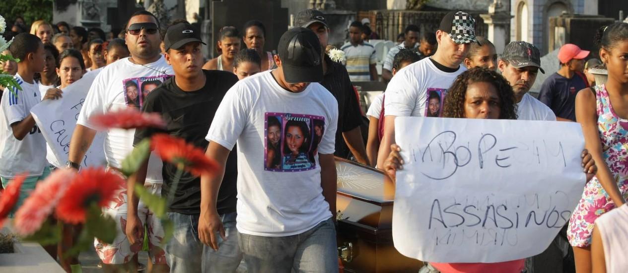 Parentes e amigos protestam contra a polícia no enterro de Bruna Foto: Fábio Guimarães / Extra / Agência O Globo