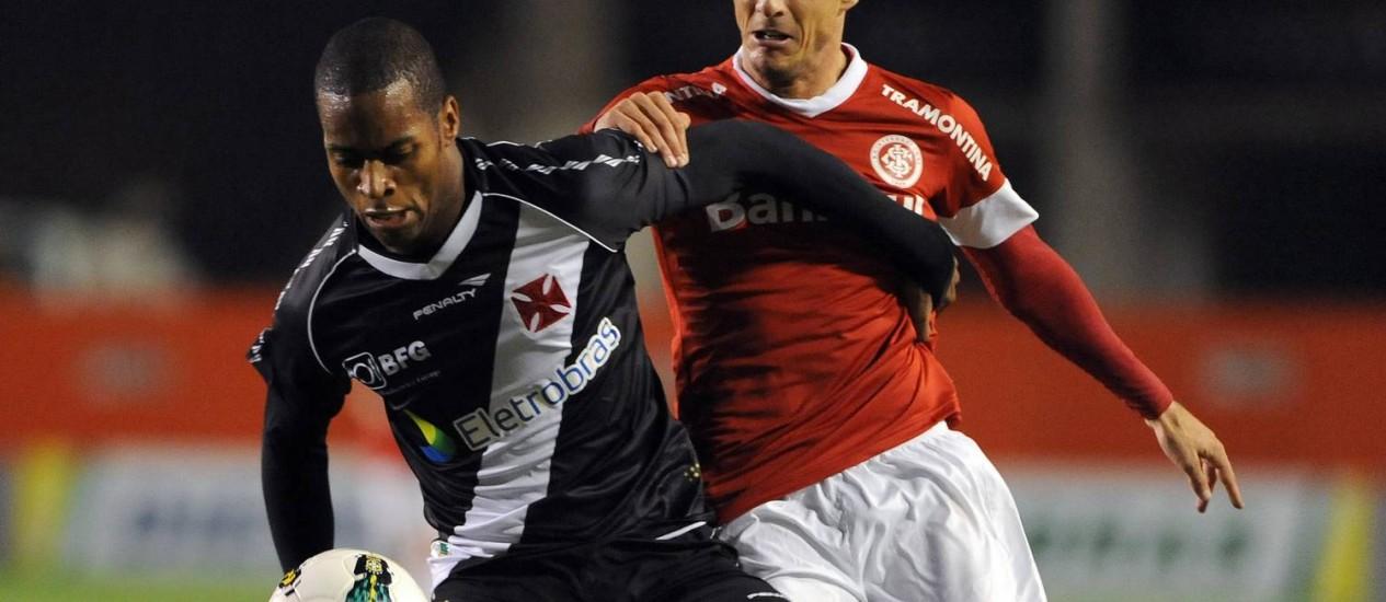 Dedé se antecipa ao estreante Diego Forlán no empate do Vasco com o Internacional Foto: Edu Andrade