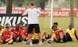 Dorival orienta o time durante treino no Ninho do Urubu