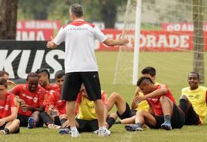 Dorival orienta o time durante treino no Ninho do Urubu Foto: Flamengo / Divulgação