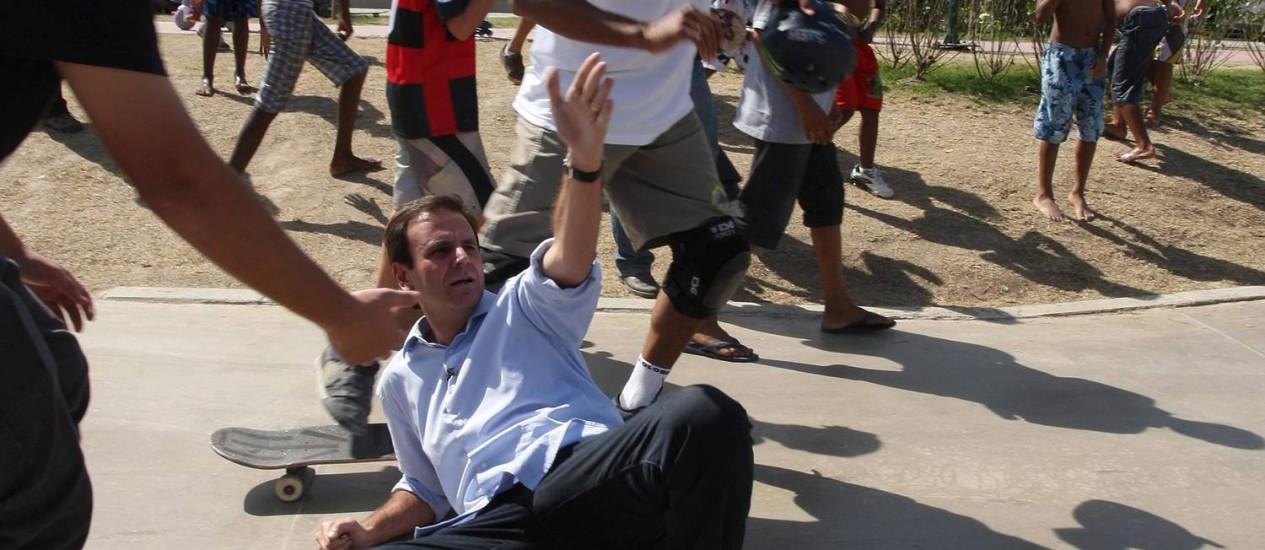 Durante a caminhada no Parque de Madureira, o prefeito andou de skate e caiu Foto: Márcio Alves / O Globo