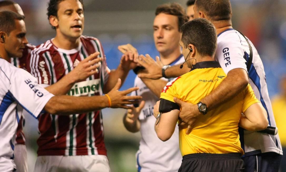 O auxiliar Vicente Romano Neto, que levantou a bandeirinha, foi muito criticado Guilherme Pinto / Extra / O Globo