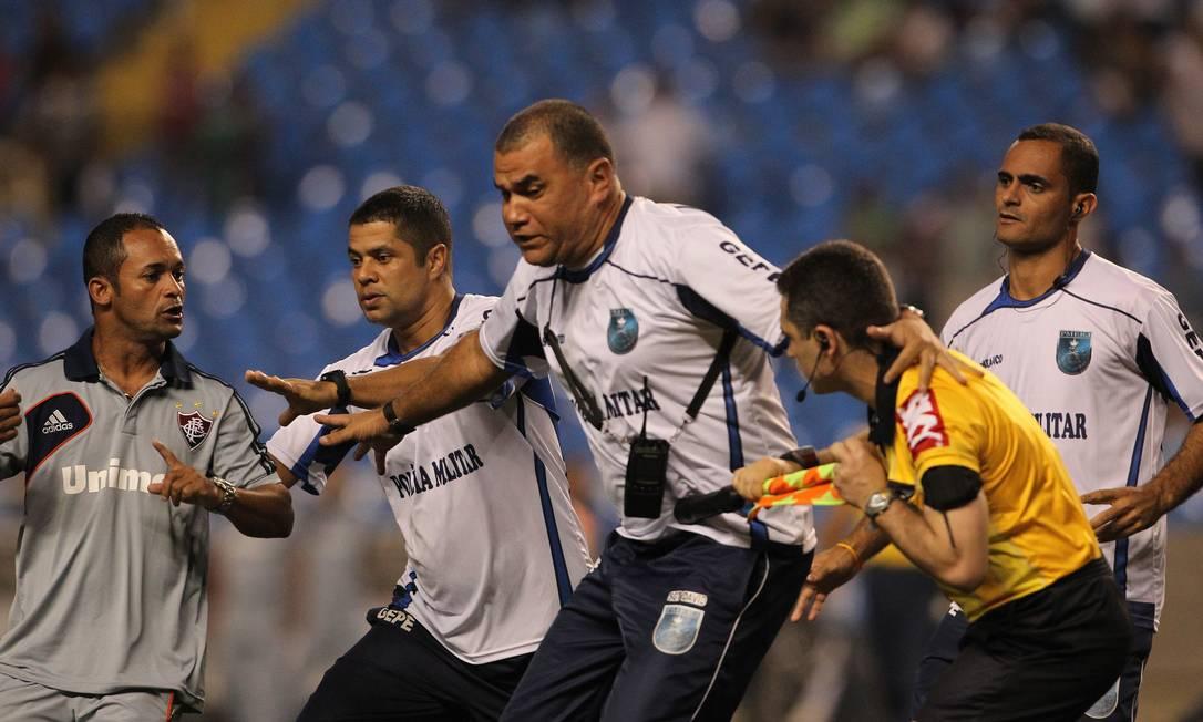 E teve que receber o apoio de policiais Jorge William / O Globo