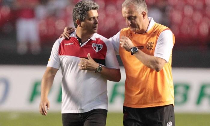 Ao fim do jogo, Ney Franco e Dorival Júnior conversam antes de irem aos vestiários Eliária Andrade / O Globo