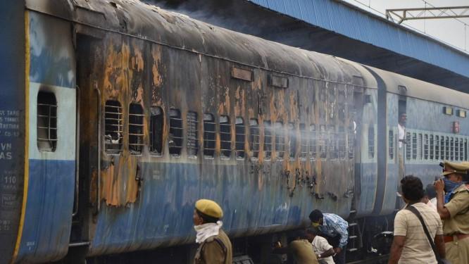 Vagão de trem atingido por incêndio na Índia Foto: STRINGER/INDIA / REUTERS