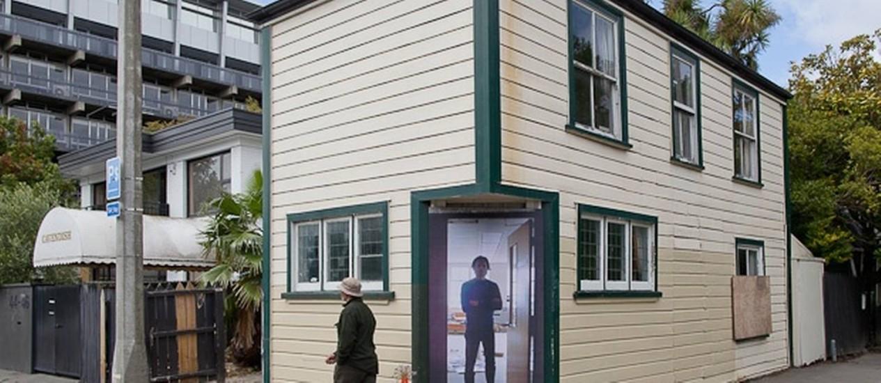 Cena do cotidiano, tridimensional, na porta de uma das casas Foto: Reprodução internet
