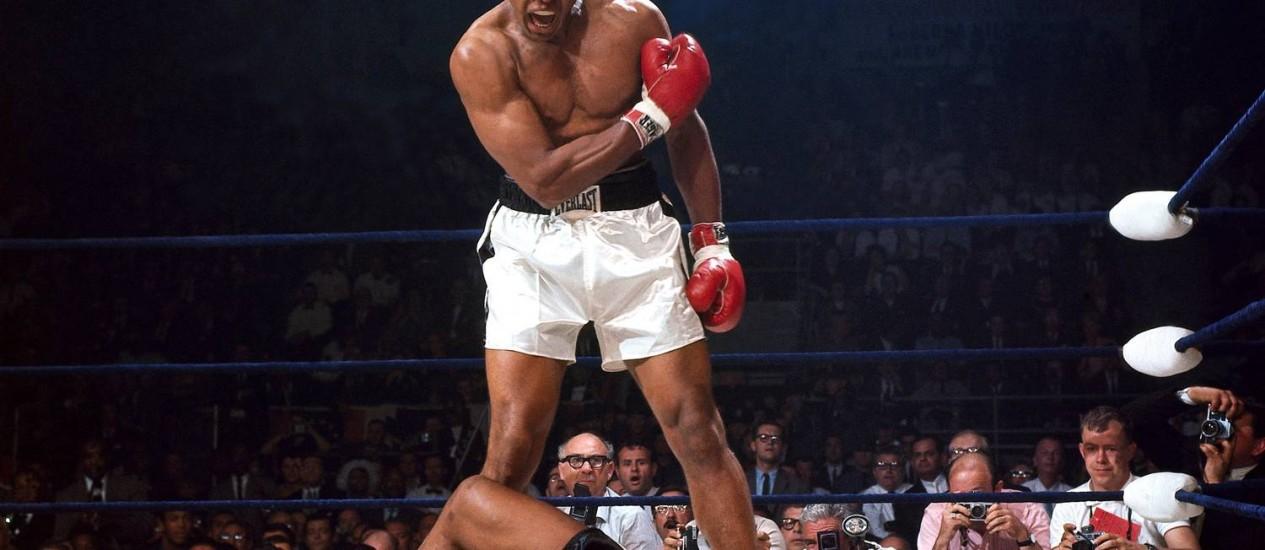 Muhammad Ali nocauteia Sonny Liston em 1965, numa das fotografias de Neil Leifer expostas em Washington DC Foto: Neil Leifer / Divulgação