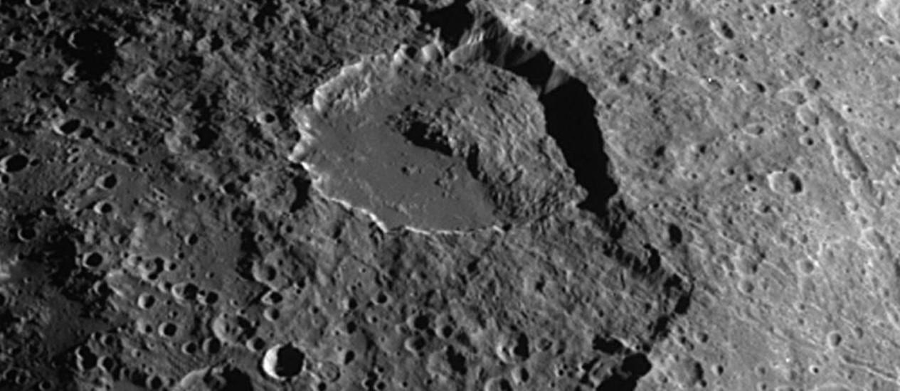 Imagem captada pela sonda Cassini mostra um deslizamento no interior de uma cratera de Iapetus Foto: Nasa