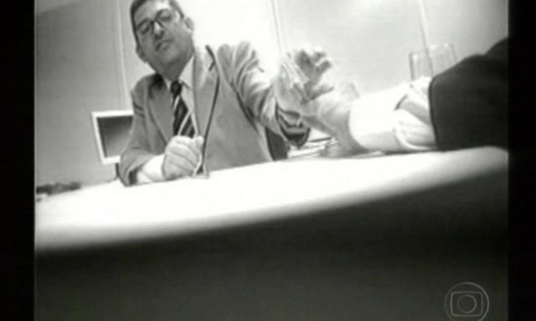 Maurício Marinho, ex-chefe do Departamento de Contratação e Administração de Material dos Correios, é flagrado recebendo propina de dois empresários interessados em informações sobre como fornecer material de informática Reprodução da TV / 16.05.2005