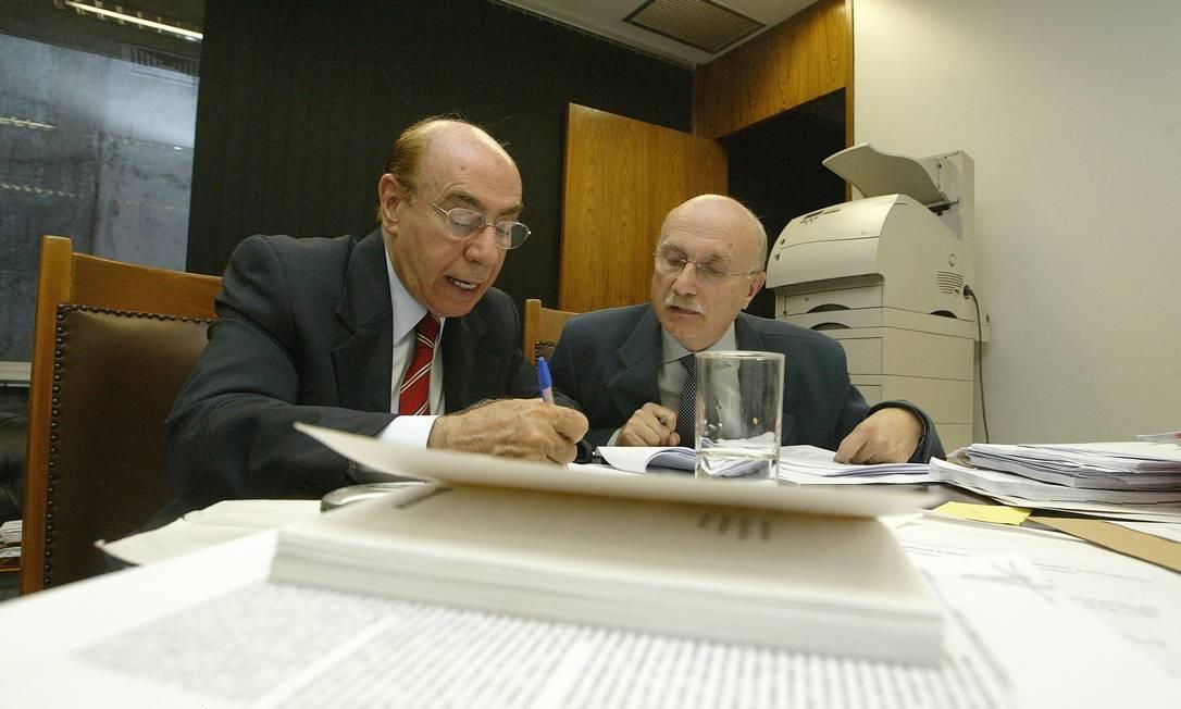 Os relatores das CPIs do Mensalão, Ibrahim Abi-Ackel, e dos Correios, Osmar Serraglio, reunidos para concluir o primeiro relatório parcial sobre as investigações, em 2005 O Globo / Roberto Stuckert Filho 31.08.2005