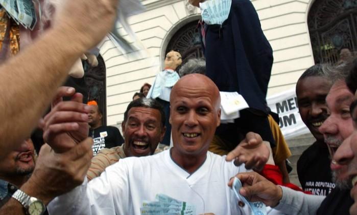 Escândalo ganha as ruas: manifestação contra o mensalão, no centro do Rio. Na foto, um manifestante se fez passar por Marcos Valério Agência O Globo / André Coelho 28.07.2005
