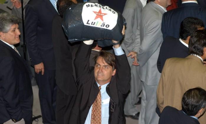 """Deputado Jair Bolsonaro com saco escrito 'Mensalão do Lullão"""", antes de brigar com outros deputados durante sessao na Câmara dos Deputados Correio Brasiliense / Carlos Moura 22.06.2005"""