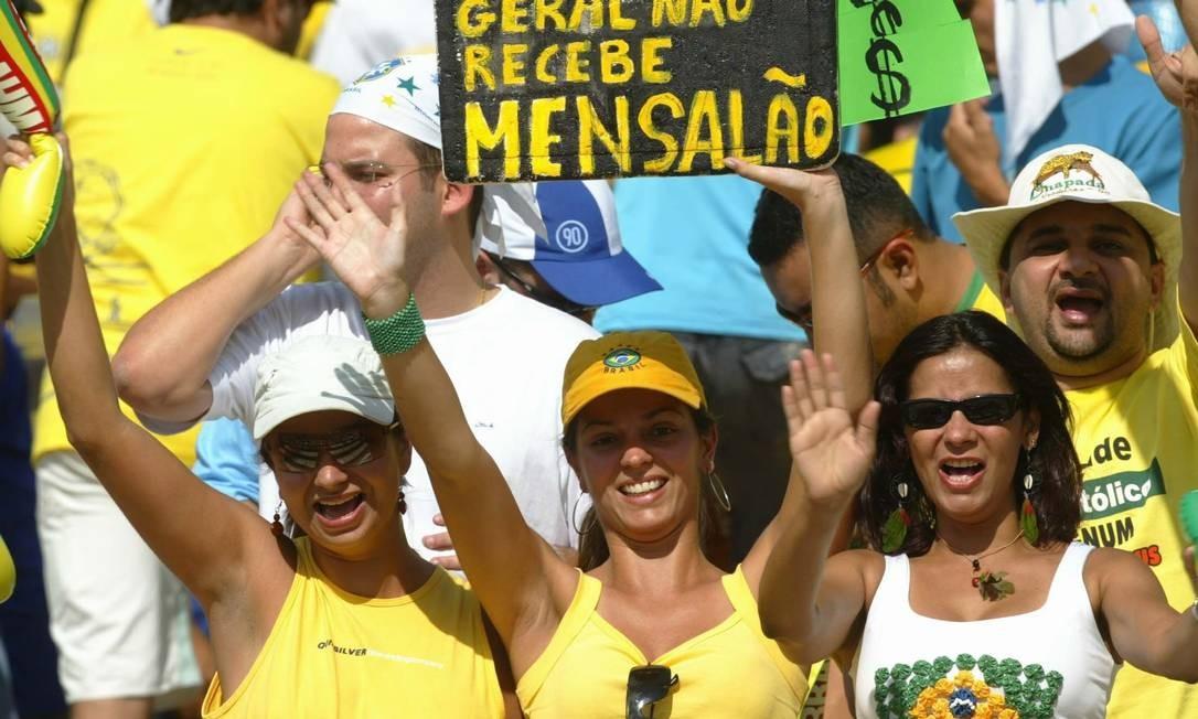 Protesto contra o mensalão, durante o jogo Brasil x Chile, para as eliminatórias para a Copa 2006. Foto: O Globo / Alexandre Cassiano 04.09.2005