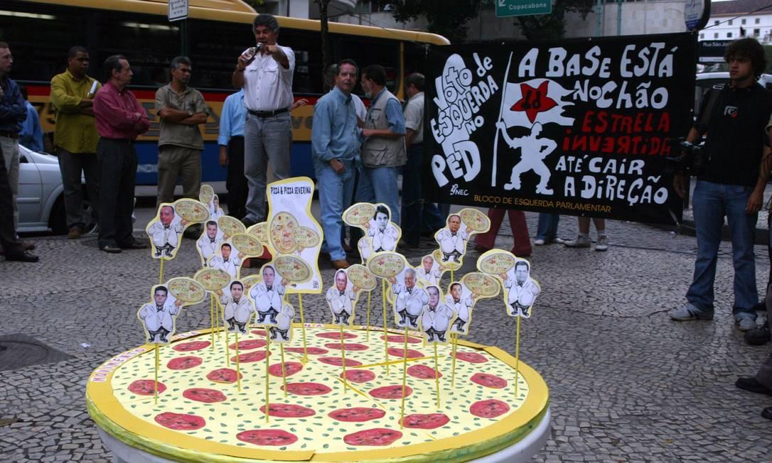 Protesto contra a lentidão do processo do mensalão, no Centro do Rio, em 2005, coloca os réus em cima de uma pizza O Globo / Domingos Peixoto 02.09.2005