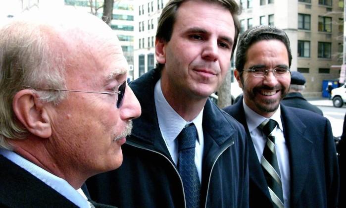 Deputados Osmar Serraglio (PMDB-PR), Eduardo Paes (PSDB-RJ), e Maurício Rands (PT-PE) da CPI dos Correios, à saída da Divisão Criminal do Departamento de Justiça dos EUA, em Washington. O Globo / Jose Meirelles Passos 02.02.2006