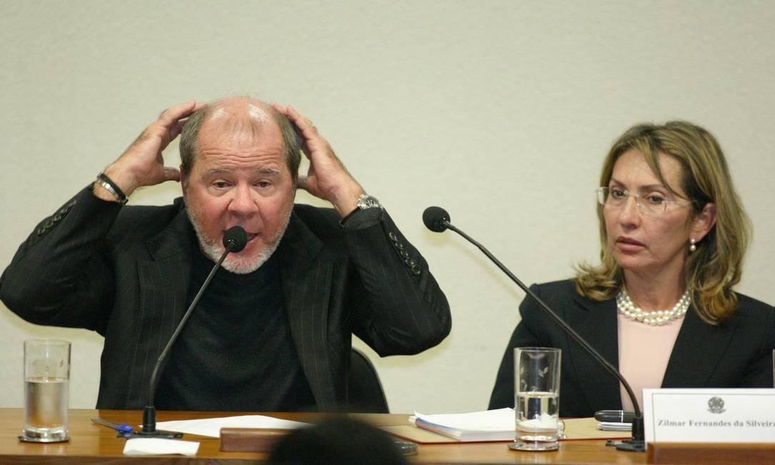 O publicitàrio Duda Mendonça, ao lado de sua sócia, Zilmar Fernandes durante depoimento na CPMI dos Correios. O Globo / Ailton de Freitas 11.08.2005
