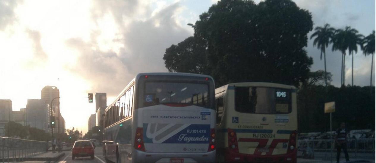 Ônibus sai da faixa exclusiva e trafega em pista de carros na Avenida Presidente Vargas, no Centro Foto: Foto da leitora Samila Freire / Eu-repórter