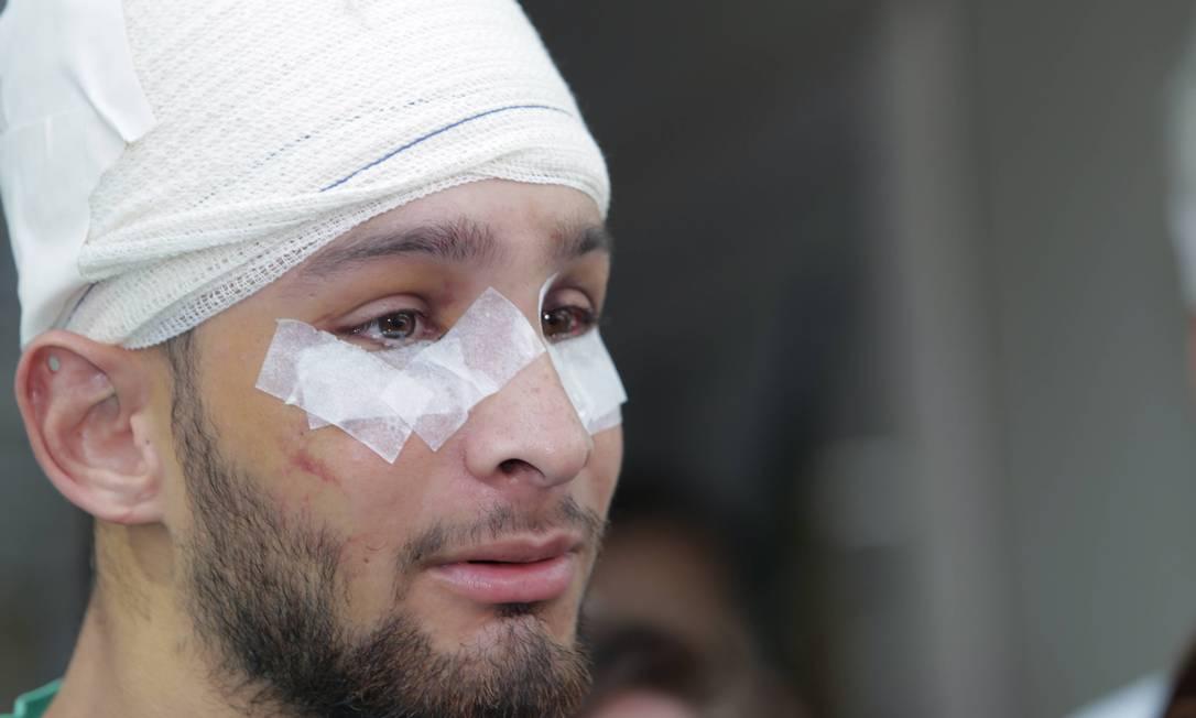 Vítor Suarez Cunha, de 21 anos, ao sair do hospital em fevereiro Foto: Arquivo / Marcelo Theobald / Agência O Globo