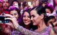 """Katy Perry tira fotos com os fãs brasileiros, na première do filme """"Part of me 3D"""""""