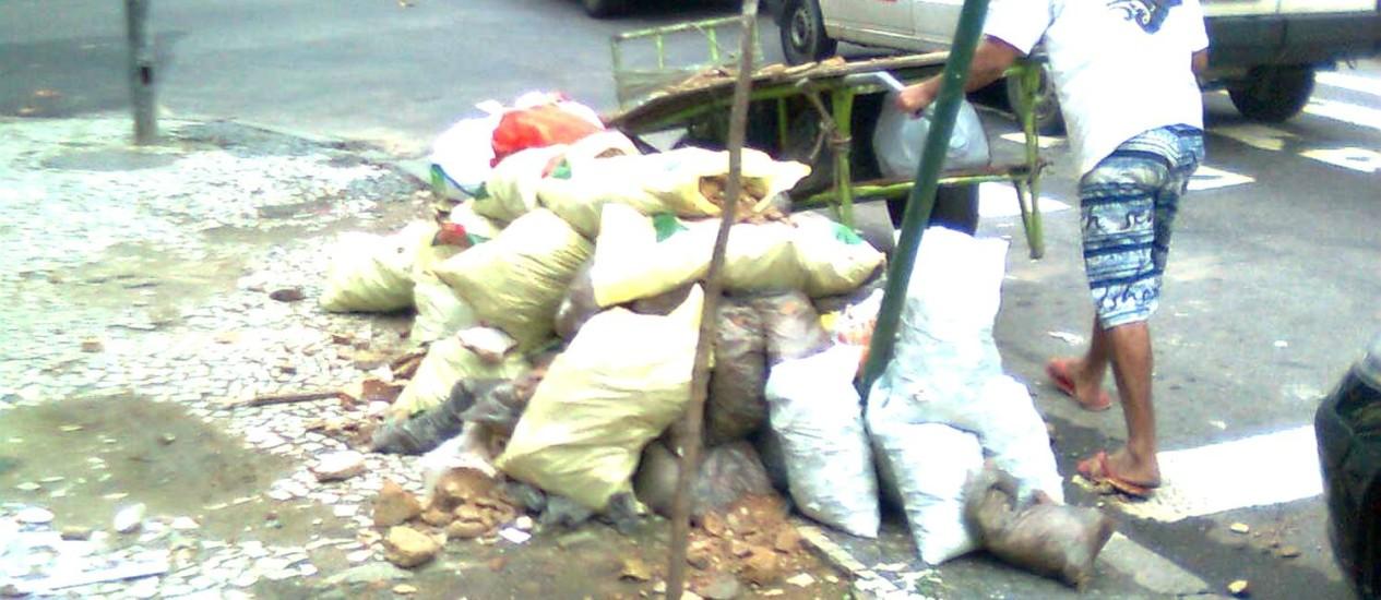 Esquina de Ipanema virou local de depósito irregular de entulho Foto: Foto do leitor Munir Chilaze / Eu-Repórter