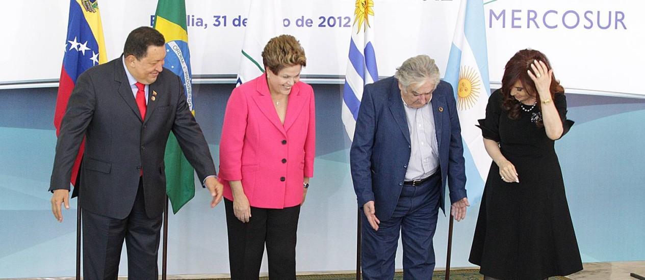 Os presidentes Hugo Chávez (Venezuela), Dilma Roussef (Brasil), José Mujica (Uruguai) e Cristina Kirchner (Argentina), na reunião de Cúpula Extraordinária do Mercosul, no Palácio do Planalto Foto: André Coelho / Agência O Globo