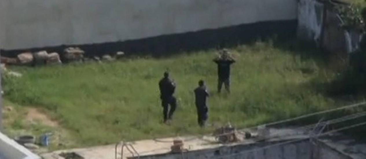 PMs atiram contra bandido imobilizado na Barra da Tijuca Foto: TV Globo / Reprodução