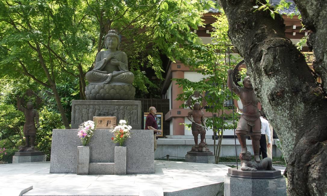 Nos fins de semana, a multidão que visita Kamakura pode tornar complicado passear pelos jardins do templo de Hasedera Foto: Claudia Sarmento / O Globo