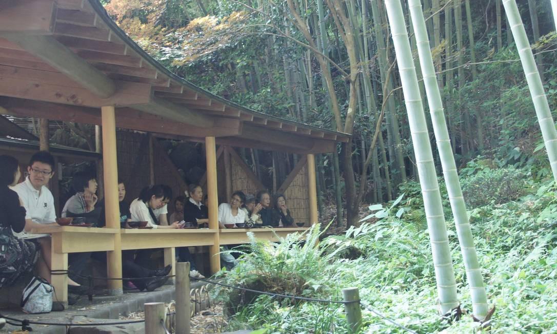 Menos famoso, porém mais emocionante é o templo de Hokokuji, em meio a um jardim de bambu. Na foto, a casa de chá do templo Foto: Claudia Sarmento / O Globo