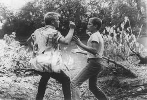"""River Phoenix à direita, contracenando com Kiefer Sutherland, em """"Conta comigo"""" (1986) Foto: Arquivo"""