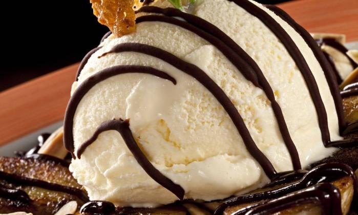 A banana grelhada do Aprasível é servida com canela, açúcar e sorvete de creme. Leva ainda calda quente de chocolate e amêndoas (R$ 23) Foto: Divulgação / Rodrigo Azevedo