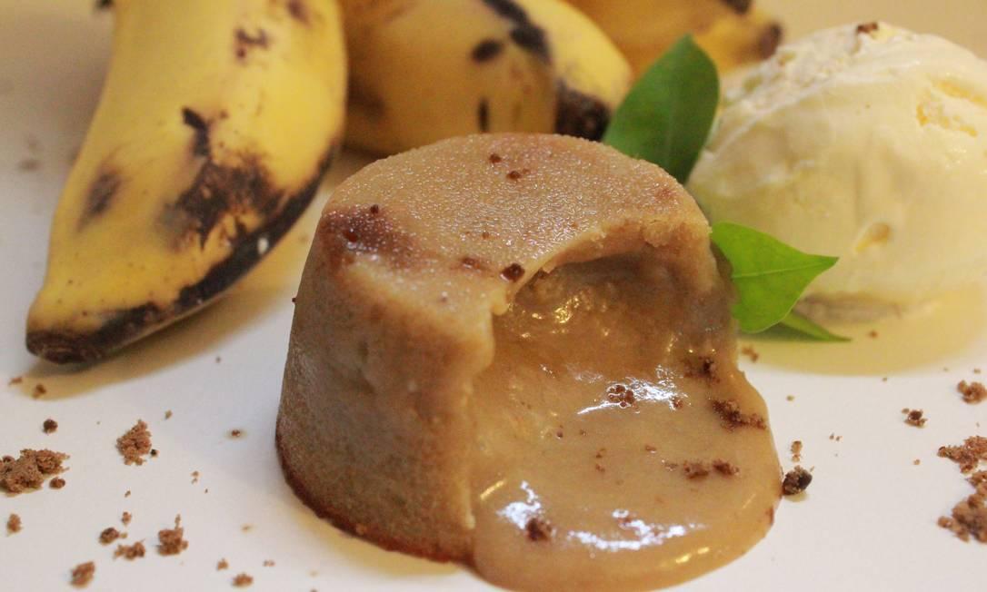 O petit gâteau de banana com sorvete de tapioca (R$ 14) do Joaquina Foto: Divulgação / Fernando Mac Dowell