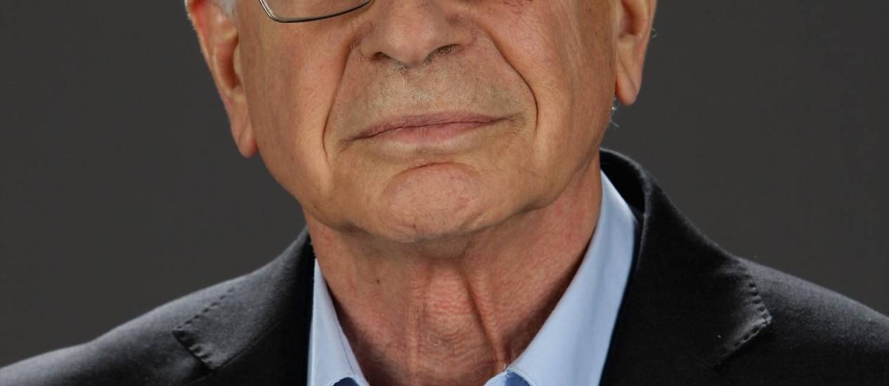 O psicólogo Daniel Kahneman, ganhou o Prêmio Nobel de Economia de 2002 pelo desenvolvimento da Teoria da Perspectiva, que mostra a nossa falta de racionalidade nas decisões entre alternativas que envolvem riscos Foto: Andreas Rentz/Getty Images for Burda Media