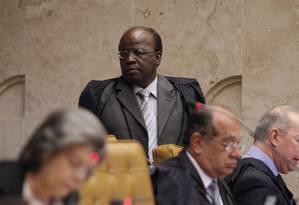 Momentos de expectativa. Ministro Joaquim Barbosa em sessão ordinária no STF, na véspera do julgamento do mensalão Foto: O Globo / André Coelho