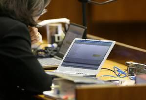 Sessão do STF que julgava o caso do mensalão, em agosto de 2007. A ministra Cármen Lúcia trocava mensagens via computador com colegas de plenário Foto: Roberto Stuckert Filho / Arquivo O Globo