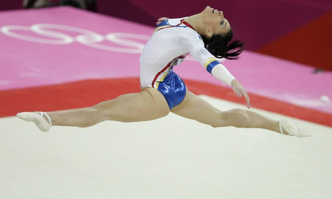 A ginasta romena Catalina Ponor durante sua performance no solo, na final de ginástica artística feminina por equipe das Olimpíadas de Londres Foto: AP