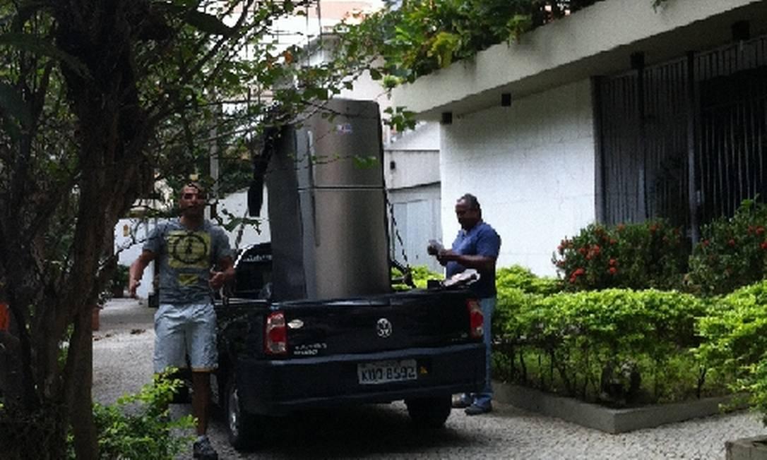 Motorista para veículo sobre a calçada na Rua Professor Saldanha, no Jardim Botânico Foto da leitora Anna Paula Real / Eu-Repórter