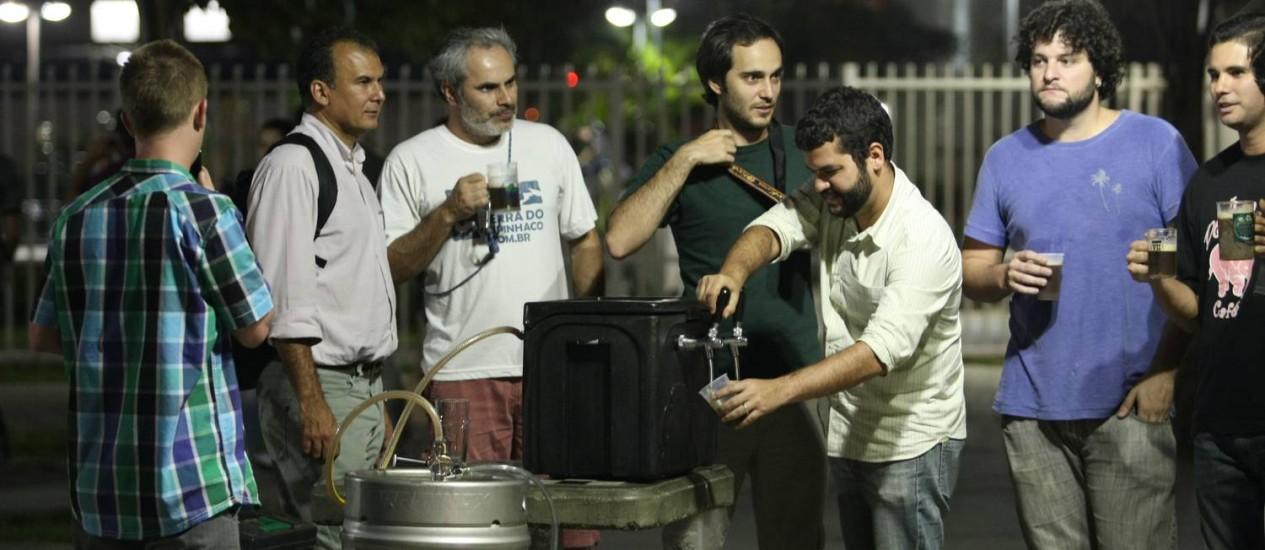 Cerveja. O grupo de amigos do AcervA Carioca se reúne a cada 15 dias numa praça de Botafogo Foto: Eduardo Naddar