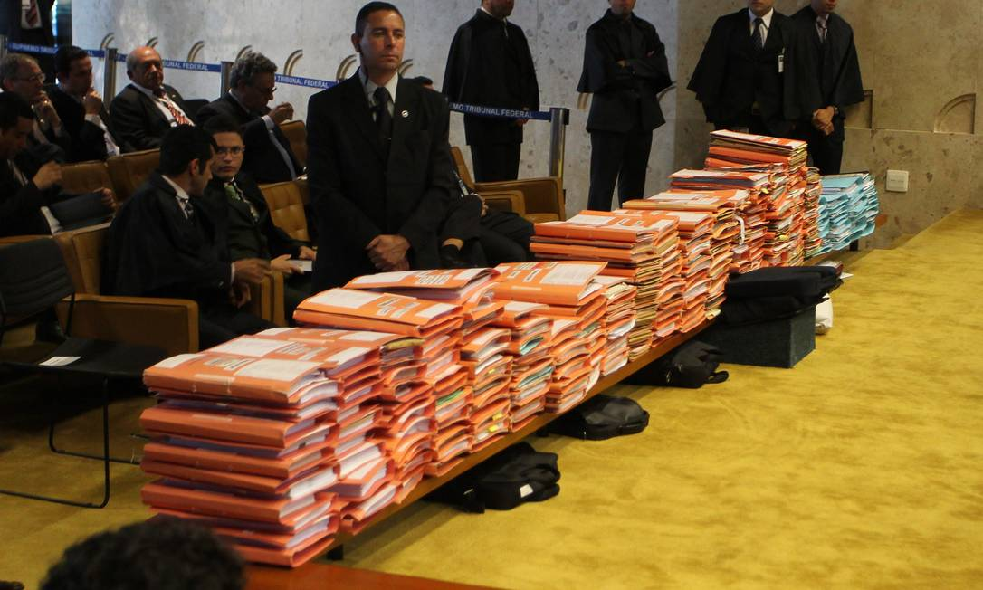 Pilha de documentos referentes ao processo Foto: Agência O Globo / Ailton de Freitas