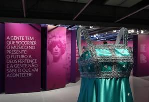 Réplica criada pelo estilista Fause Haten do vestido usado por Elis na turnê de 'Falso brilhante', de 1976 Foto: Divulgação