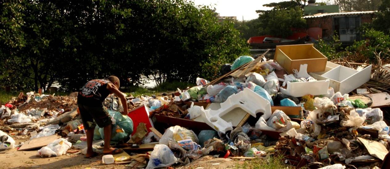 Morador despeja mais lixo na Praia da Rosa, à luz do dia Foto: Bia Guedes