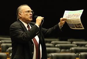 Roberto Freire indignado no plenário da Câmara Foto: André Coelho / Agência O Globo