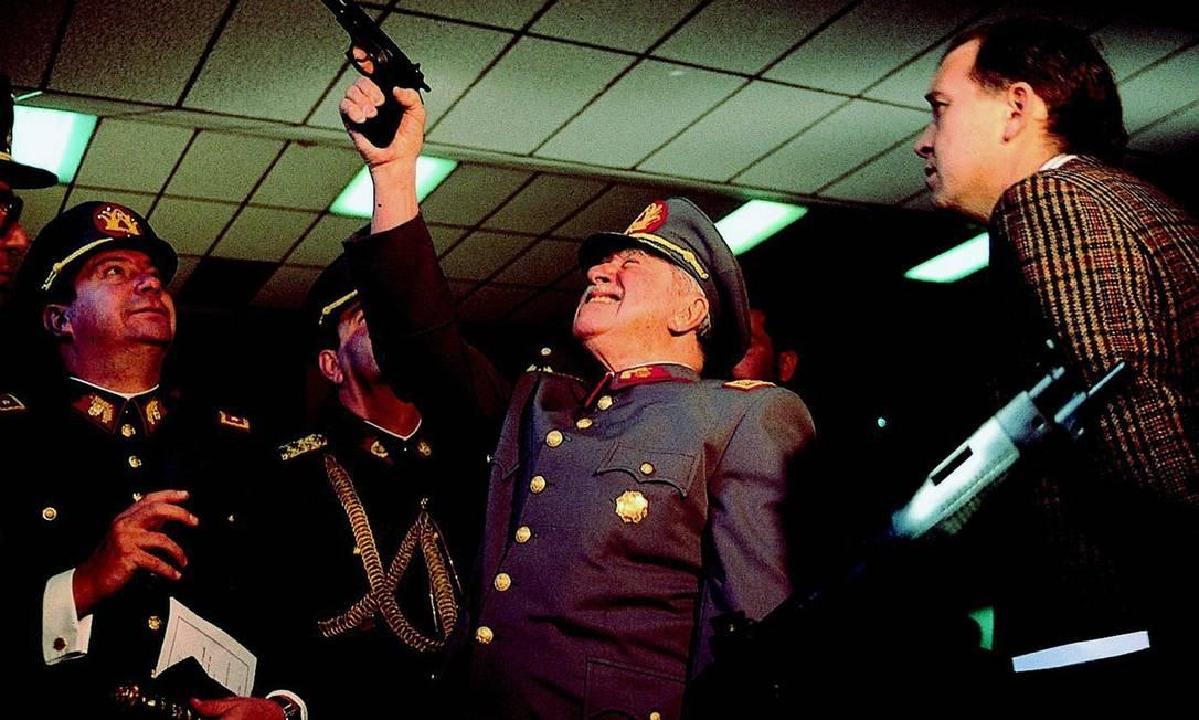 O ditador Augusto Pinochet durante uma visita a uma fábrica de armas em Santiago, no Chile Foto: John Perez/AP