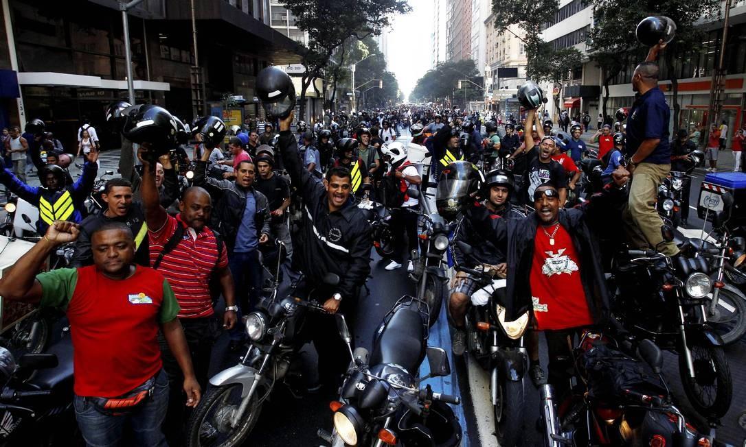 Motoboys fecharam a Praça da Bandeira, a Presidente Vargas, a Avenida Rio Branco e a Rua Pinheiro Machado Foto: O Globo / Pablo Jacob