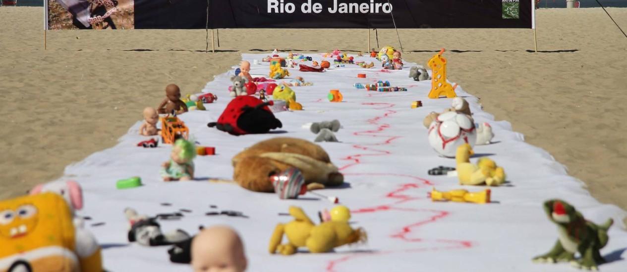 Rio de Paz realiza protesto contra morte de crianças vítimas de confrontos policiais Foto: Marcos Tristão / O Globo